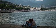 Отдыхающие на берегу Черного моря