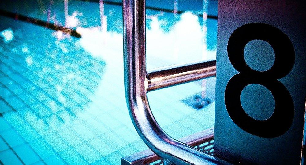 Мужчины в бассейне фото фото 348-499