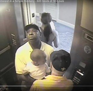 Видеофакт: пара использует младенца, чтобы обворовать мужчину в лифте