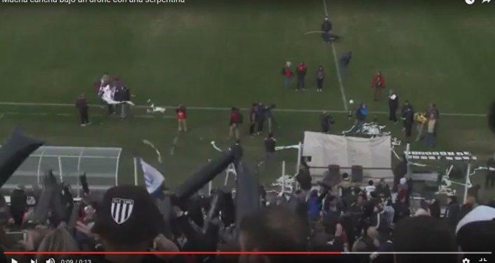 Футбольный болельщик сбил дрон рулоном туалетной бумаги в Аргентине