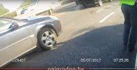 Видеофакт: сотрудники ГАИ толкали машину по мосту в Гродно