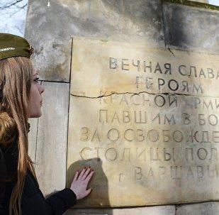 Ускладанне кветак на магілы савецкіх салдат у Польшчы