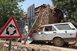Поврежденный в результате землетрясения автомобиль