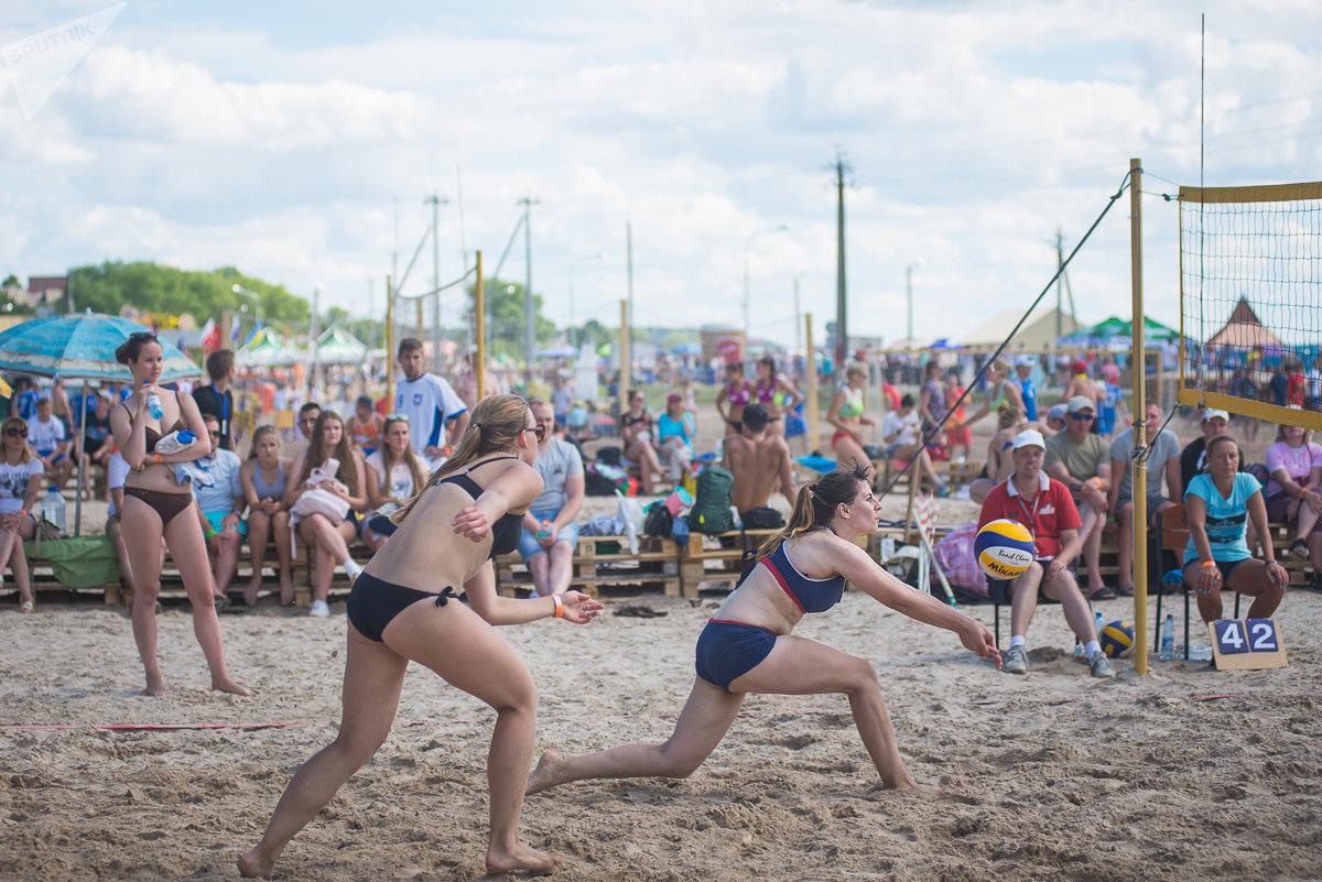 Погода в Браславе была по-настоящему летняя, а участники фестиваля могли наслаждаться практически всеми видами пляжного отдыха