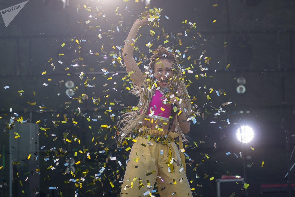 Во время выступления Iowa вокалистка Екатерина Иванчинкова устроила целое танцевальное шоу, а разгоряченная публика пела хиты группы наизусть