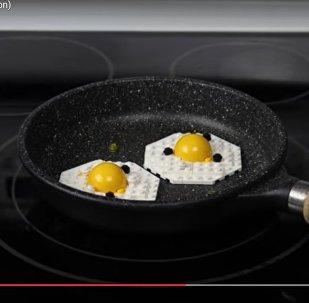 Есть не рекомендуется: парень приготовил завтрак из деталей Lego