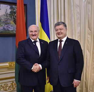 Президент Беларуси Александр Лукашенко с президентом Украины Петром Порошенко в Киеве