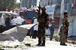 Военнослужащие на месте взрыва в Кабуле