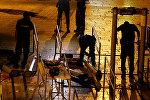 Израильские силы безопасности разбирают металлоискатели, установленные на входе в Старый город
