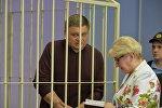 Николай Цырто совещается с адвокатом в зале суда