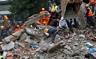 Спасательные работы на руинах дома в Мумбаи