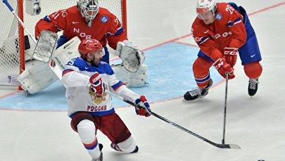 Игрок сборной России Данис Зарипов, вратарь сборной Норвегии Ларс Волден и игрок сборной Норвегии Кристиан Форсберг