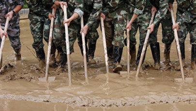 Военные ликвидируют последствия наводнения в Китае