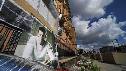 Мемориал в память о вокалисте американской группы Linkin Park Честере Беннингтоне у посольства США в Москве