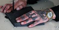 Татуированная рука заключенного