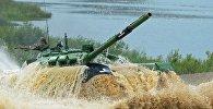 Участники индивидуальной гонки соревнований по танковому биатлону команды министерства обороны Беларуси
