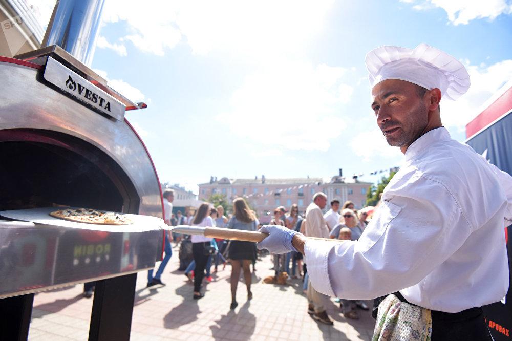 Для падрыхтоўкі італьянскай піцы ў зоне ежы вырасла сапраўдная печ. Сакрэт добрага тэсту просты - соль, вада, мука і дрожджы. Усё астатняе - гэта не піца, а печыва, - тлумачыць тонкасці прафесійны кухар.