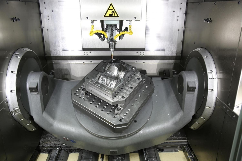 Токарный станок вытачивает часть пресс-формы. Фото из архива СООО ПП Полесье