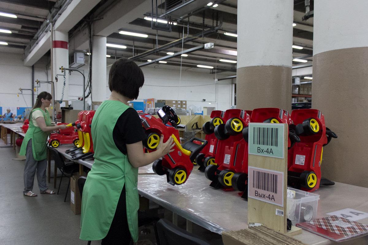 В сборочном цеху работает более одной тысячи человек