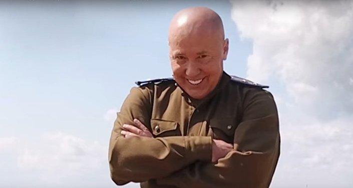 Александр Солодуха сел на шпагат между двумя танками