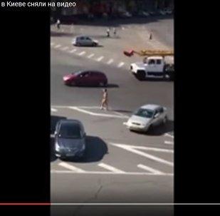Видеофакт: голая девушка прогуливалась по центру Киева