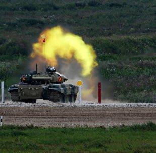 Стрельба участников танкового биатлона по мишеням