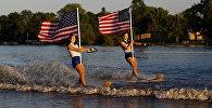 Водные лыжницы с американским флагом