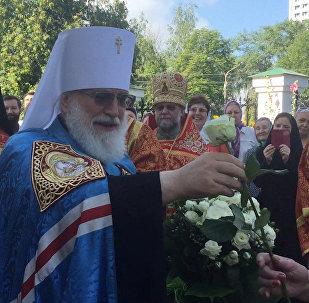 Мітрапаліт Павел дарыў вернікам белыя ружы