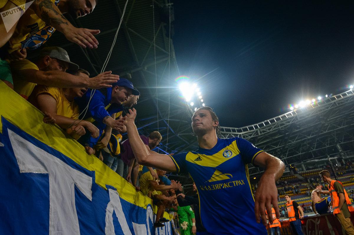 Футболисты БАТЭ благодарят болельщиков после матча со Славией