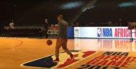 Тьери Анри ногой забросил баскетбольный мяч в корзину