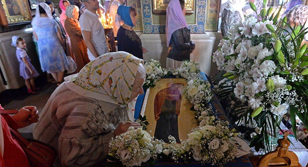 Во всех церквях вынесли  из алтаря и поместили посреди храма Плащаницу с изображением Божией Матери