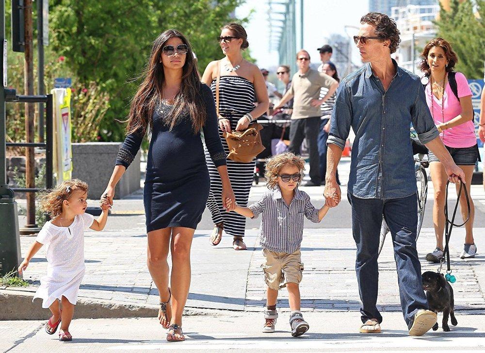 Мэттью МакКонахи женат на бразильской модели Камиле Алвес. У них трое детей: дочь Вида и сыновья Леви и Ливингстон.
