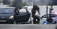Саперы проверяют авто, в котором якобы находилась бомба