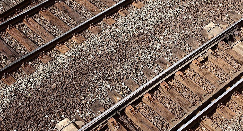 ВПинске нетрезвый мужчина умер под колесами поезда