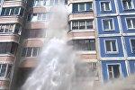 Очевидцы засняли гейзер, бивший в окна жилого дома в Малиновке