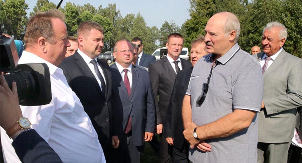 Лукашенко подарил цветы семье комбайнеров 6