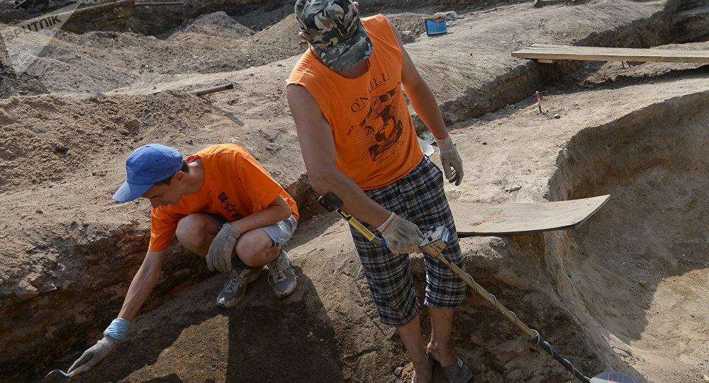 Археолагі на раскопках, архіўнае фота