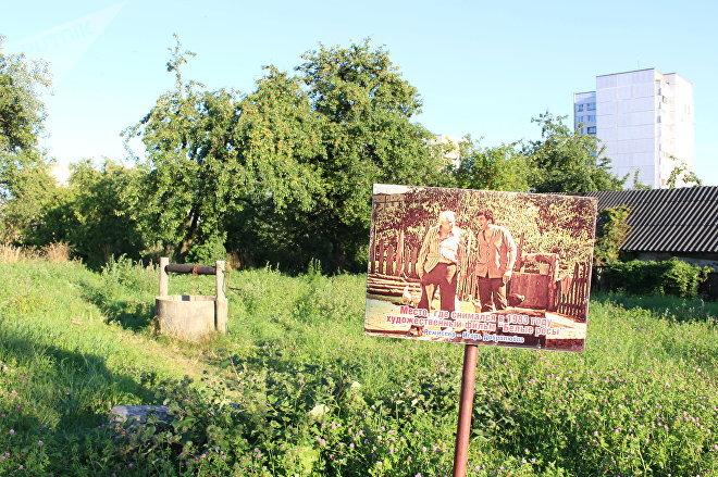 Единственное, что сохранится в Гродно в память о съемочной площадке Белых Рос — это колодец, попавший в кадры фильма, и памятная табличка