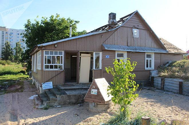 Деревянный домик уже практически снесли, именно у его хозяев съемочная группа Белых Рос брала в аренду корову, которую вел на продажу главный герой фильма