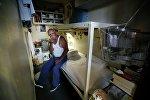 63-летний Марвин Колдуэлл был заключен в тюрьму на 20 лет за владение и продажу метамфетамина, выглядывает из своей камеры в государственной тюрьме Сан-Квентин, Калифорния
