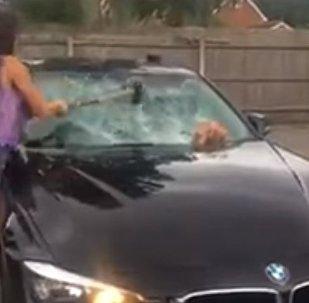 Британка кувалдой разбивает BMW мужа за измену