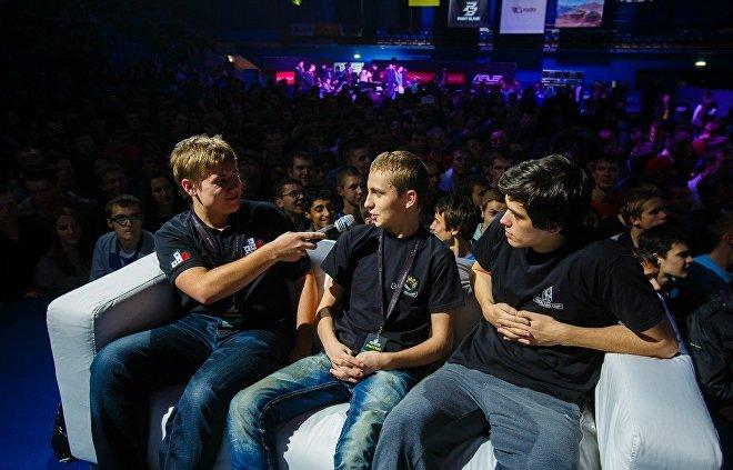 Константин Сивко берет интервью у игроков на киберфестивале TechLabs Cup, который проходил в Минске в 2013 году