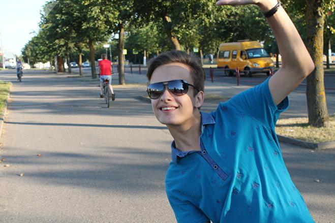 Александр, один из участников танцевальных прогулок, перед началом флешмоба