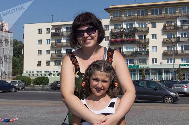 Людмила с дочкой Леной пришли на фонтан