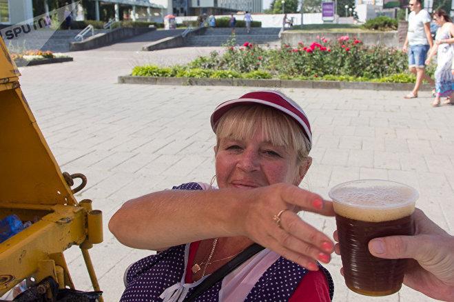 Ирина продает людям холодный квас