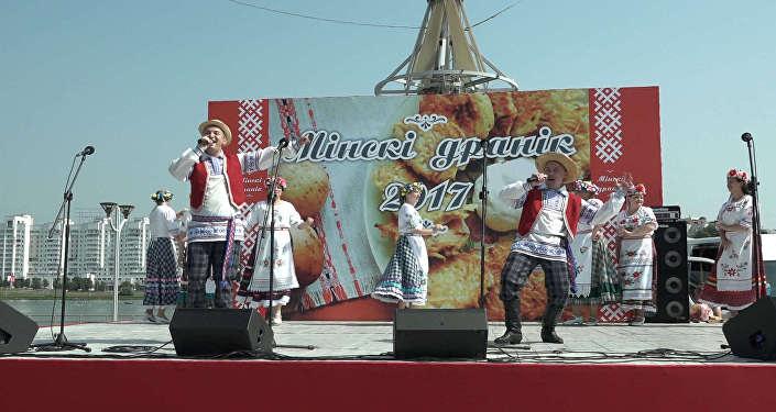 Видеофакт: Рецепты вкусных драников презентовали на ярмарке в Минске