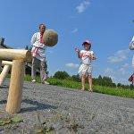 Дети могли заняться забавой, похожей на городки.