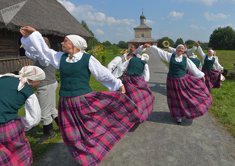 А кто постарше и посмелее - поучиться народным танцам.