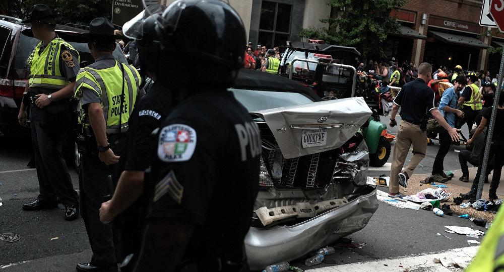 В итоге  наезда автомобиля натолпу вШарлотсвилле умер  человек