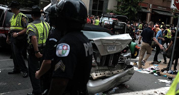 Автомобиль протаранил толпу протестующих в Виргинии